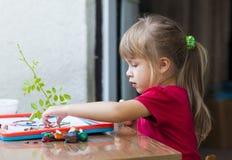 Mała śliczna dziewczyna bawić się stołową sztukę outside Zdjęcie Stock