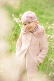 Mała śliczna dziewczyna blisko kwiatonośnego drzewa Zdjęcie Royalty Free