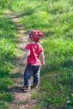 Mała śliczna dziewczyna chodzi na footpath Fotografia Stock