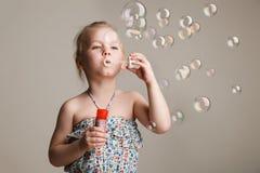 Mała śliczna dziewczyna dmucha mydlanych bąble Fotografia Royalty Free