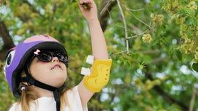 Mała śliczna dziewczyna drzeje liście zbiory