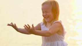 Mała śliczna dziewczyna, dziecko ma zabawę w wodzie outdoors Szczęśliwych dzieci radosny dzieciak bawić się wewnątrz Widzii wodę  zbiory
