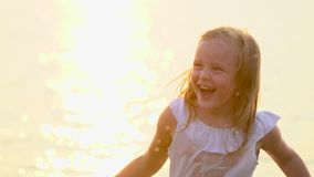 Mała śliczna dziewczyna, dziecko ma zabawę w wodzie outdoors Szczęśliwych dzieci radosny dzieciak bawić się wewnątrz Widzii wodę  zbiory wideo