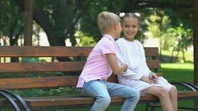 Mała śliczna dziewczyna i chłopiec bawić się wpólnie w parku, przyjaźni i dzieciństwie, zbiory wideo