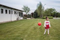 Mała Śliczna dziewczyna i rewolucjonistka balon z Ataturk znakiem na trawie obraz royalty free