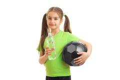 Mała śliczna dziewczyna napojów woda po futbolowej sztuki Obraz Royalty Free