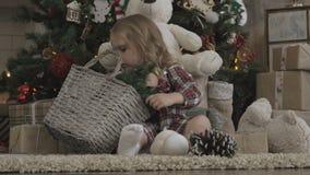 Mała śliczna dziewczyna pod choinką zbiory wideo