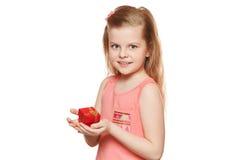 Mała śliczna dziewczyna trzyma prezenta pudełko, odosobnionego na białym tle Fotografia Stock