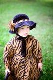 Mała śliczna dziewczyna w kapeluszu i pelerynie w autmn parku Zdjęcia Royalty Free