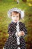 Mała śliczna dziewczyna w kapeluszu w autmn parku Obrazy Royalty Free