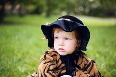 Mała śliczna dziewczyna w kapeluszu w autmn parku Obraz Stock