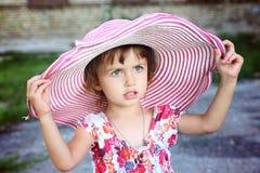 Mała śliczna dziewczyna w różowym kapeluszu Obraz Stock