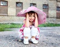 Mała śliczna dziewczyna w różowym kapeluszu Obrazy Royalty Free