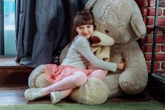 Mała śliczna dziewczyna z dużym misiem fotografia stock