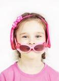 Mała śliczna dziewczyna z różowymi okularami przeciwsłonecznymi ma zabawę Obraz Stock