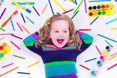 Mała śliczna dziewczyna z szkolnymi sztuk dostawami Fotografia Royalty Free
