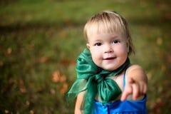 Mała śliczna dziewczyna z zielonym łękiem Fotografia Royalty Free