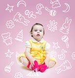 Mała śliczna dziewczynka nad różowym tłem z rysunkiem dzieci bawi się obraz royalty free