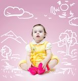 Mała śliczna dziewczynka nad różowym tłem z rysunkiem natura zdjęcie stock