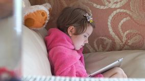 Mała śliczna dziewczyny dopatrywania pastylka zdjęcie wideo