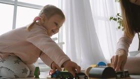 Mała śliczna dziewczyny sztuka z drewnianymi zabawkami zbiory wideo