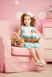 Mała śliczna easer dziewczyna z królikiem Zdjęcia Royalty Free