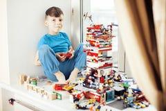 Mała śliczna preschooler chłopiec bawić się lego bawi się w domu szczęśliwy ono uśmiecha się, stylów życia dzieci pojęcie Obrazy Stock