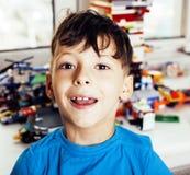 Mała śliczna preschooler chłopiec bawić się lego bawi się w domu szczęśliwy ono uśmiecha się, stylów życia dzieci pojęcie Obrazy Royalty Free
