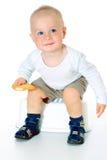 Mała śmieszna chłopiec patrzeje kamerę, obsiadanie i ono uśmiecha się, zdjęcia stock