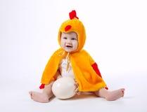 Mała śmieszna chłopiec w kurczaka kostiumu zdjęcie royalty free