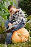 Mała śmieszna chłopiec z baniami zdjęcie royalty free