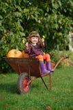 Mała śmieszna dziewczyna z baniami fotografia stock