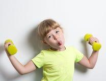 mała śmieszna dziewczyna z ciężarami obrazy royalty free
