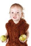 Mała śmieszna Neandertalska chłopiec je jabłka w kostiumu z brudną twarzą fotografia royalty free