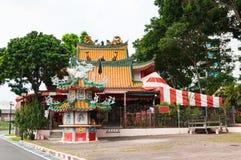Mała świątynia w Chińskim stylu obok ulicy Zdjęcia Stock