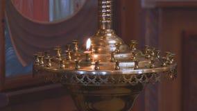 Mała świeczka w Kościelnym candlestick zbiory wideo