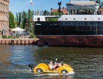 Mała żółta łódź na Motlawa rzece w Gdańskim, Polska Fotografia Stock