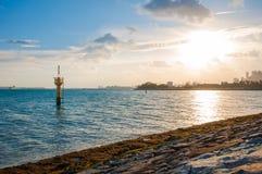 Mała żółta latarnia morska przy brzeg Fotografia Stock