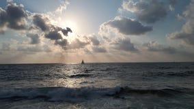 Mała żaglówka i wielki słońce zdjęcie stock