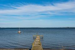 Mała żaglówka w wodzie blisko wybrzeża Dani zdjęcie royalty free