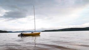 Mała żeglowanie łódź zakotwicza obok boja w spokojnej wodzie jezioro zbiory wideo