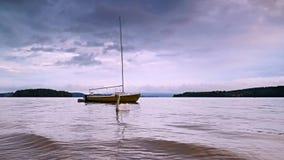 Mała żeglowanie łódź zakotwicza obok boja w spokojnej wodzie jezioro zdjęcie wideo