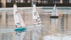 Mała żeglowanie zabawki łodzi rasa Mine zdalnie sterowany stawowe żagiel łodzie fotografia stock