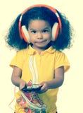 Mała afro dziewczyna słucha muzyka Fotografia Royalty Free