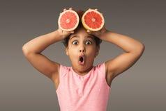 Mała afroamerykańska dziewczyna bawić się z świeżymi cytrus owoc obraz stock