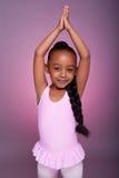 mała Amerykanin afrykańskiego pochodzenia dziewczyna śliczna dancingowa zdjęcia stock