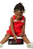 Mała amerykanin afrykańskiego pochodzenia dziewczyna używa pastylka komputer osobistego Fotografia Royalty Free