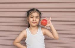 Mała Azjatycka dziewczyna cieszy się je jabłka Fotografia Royalty Free