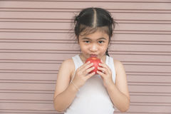 Mała Azjatycka dziewczyna cieszy się je jabłka Obrazy Stock