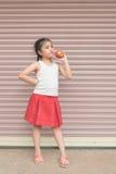 Mała Azjatycka dziewczyna cieszy się je jabłka Zdjęcie Royalty Free